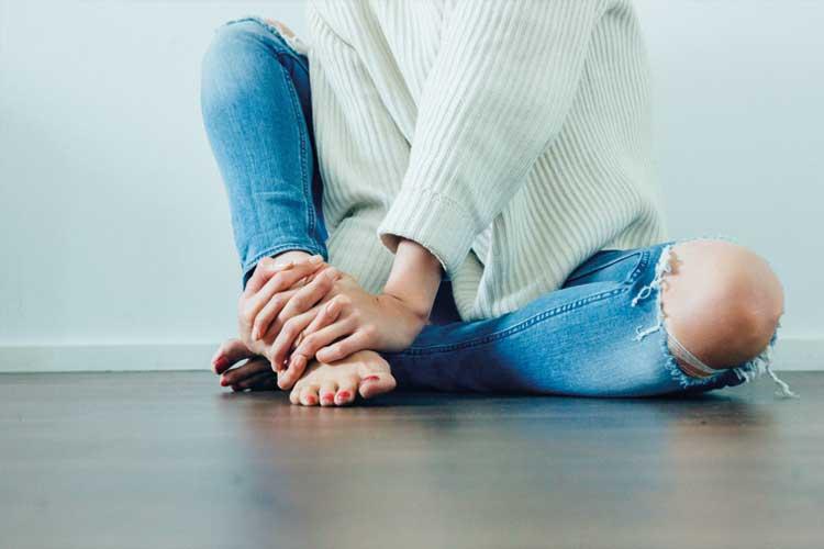Bild zeigt Frau die am Boden sitzt